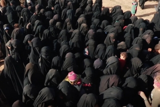 Women and children from IS flee Baghouz, VOA via Wikimedia Commons